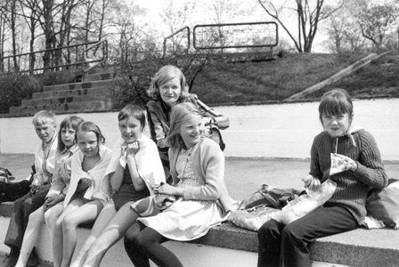 Raision peruskoulun 5A-luokan oppilaita Samppalinnan maauimalassa 19.4.1970. Kuva: Turun yliopiston kulttuurien tutkimuksen arkistot.